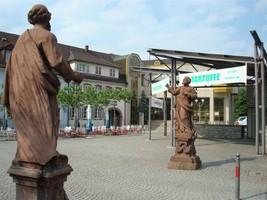 Heiligenfiguren am neuen Otto-Oppenheimer-Platz